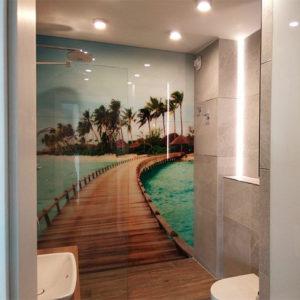 szkło zamiast płytek w łazience pomost